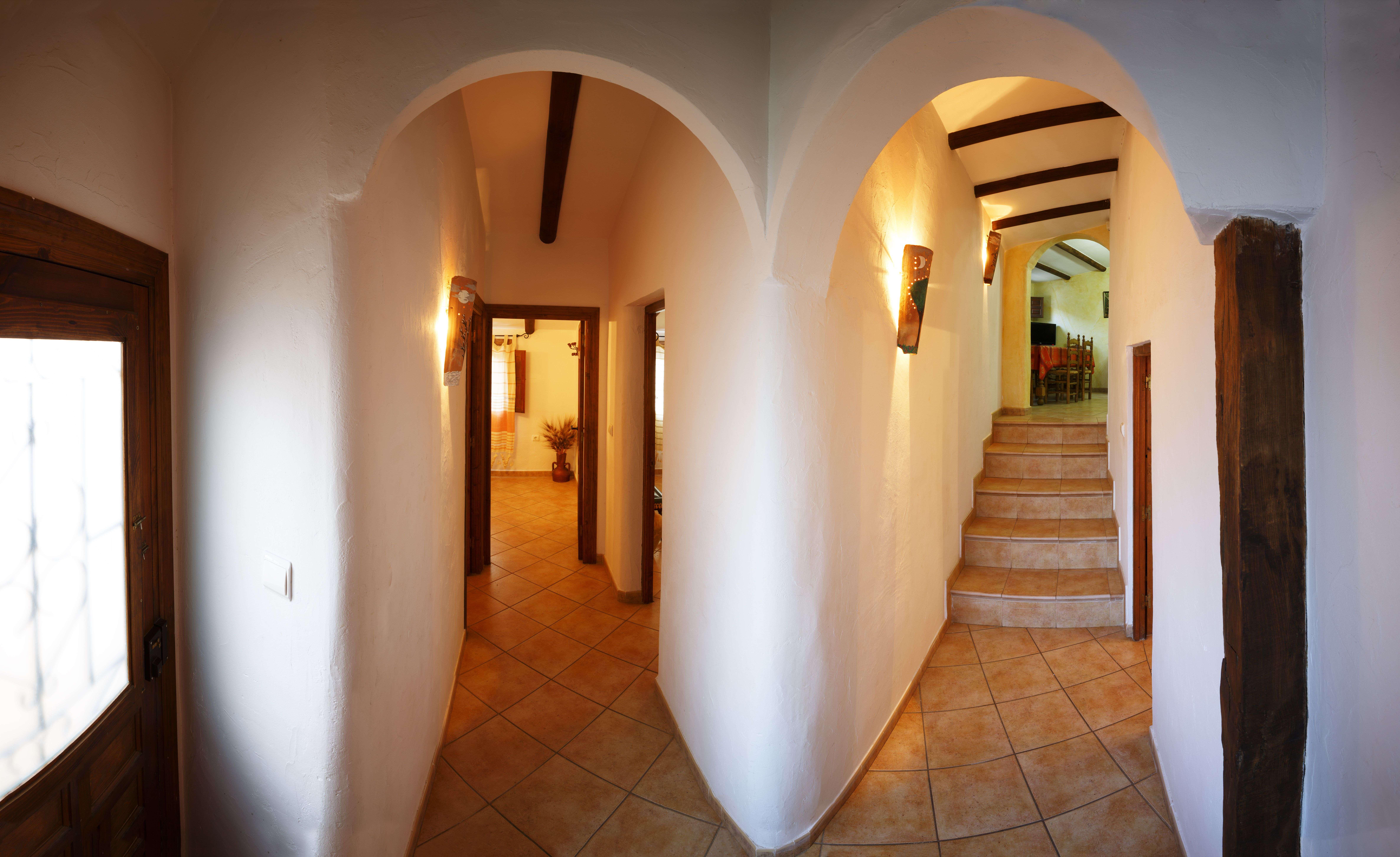 El Pajar - Pasillo con puerta y luz